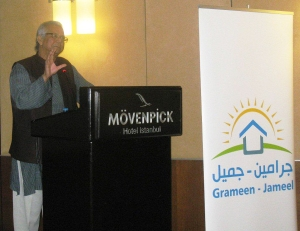 Prof. Muhammad Yunus speaks to the crowd at the Grameen-Jameel partner meeting, held in Istanbul.